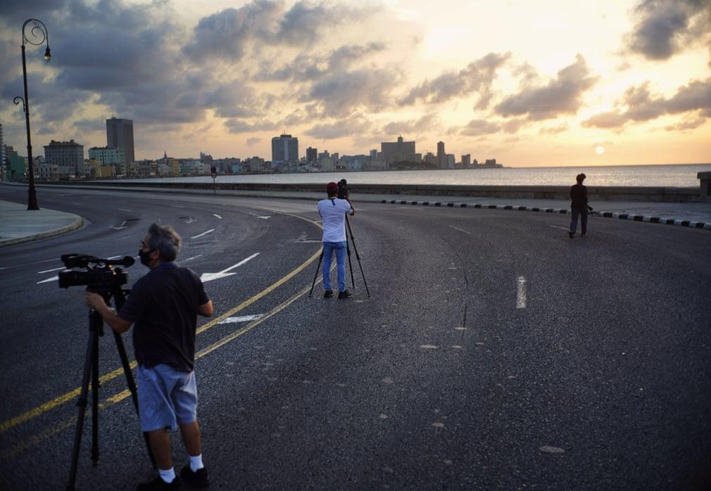 Medienschaffende filmen die leere Esplanade des Malecón | Bildquelle: https://www.theguardian.com/world/gallery/2020/sep/03/coronavirus-curfew-in-havana-cuba-in-pictures © Ramón Espinosa/AP | Bilder sind in der Regel urheberrechtlich geschützt