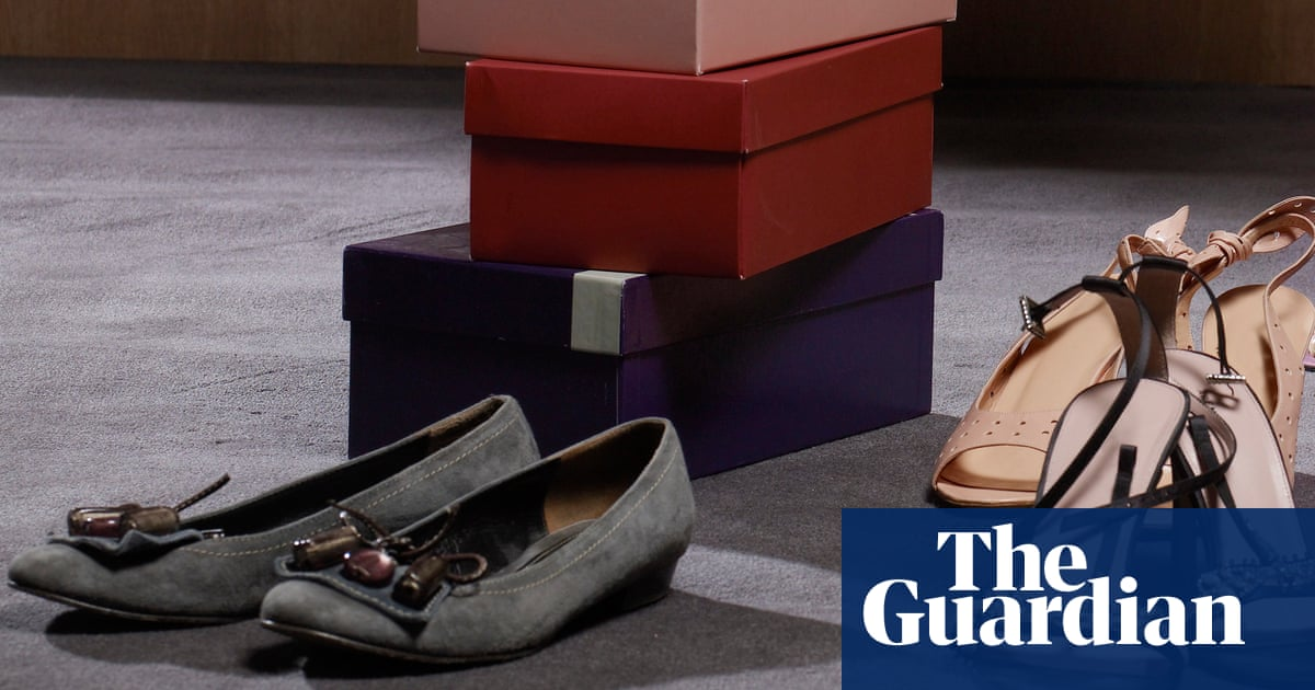 UK inflation falls as clothing and footwear retailers cut prices