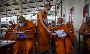 Les professeurs de moines thaïlandais portent des masques faciaux par mesure de précaution pour réduire la propagation du coronavirus tout en enseignant à leurs étudiants un cours de langue pali au Wat Molilokkayaramon le 4 janvier 2021 à Bangkok, en Thaïlande.