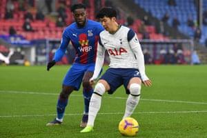 Son Heung-Min is put under pressure by Jeffrey Schlupp