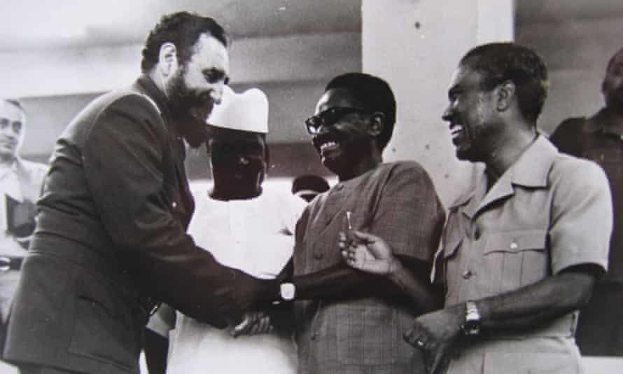 Fidel Castro greets three African presidents - Sekou Tour,Agostinho Neto and Luis Cabral.