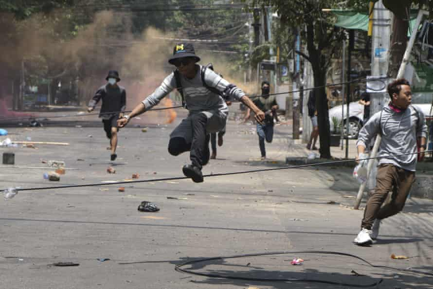 Los manifestantes antigolpistas huyen de las fuerzas militares durante una manifestación en Yangon en marzo.