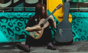 "Gwenifer Raymond (with Bradley Kincaid ""Houn' Dog"" guitar)."