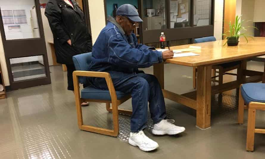 OJ Simpson leaves jail.