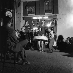La toupie, 1959Bal populaire dans une rue du 5ème arrondissement de Paris en France, le 14 juillet 1959.