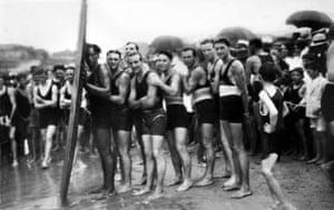 Duke Kahanamoku with learner surfers in 1915
