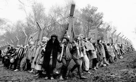 Women surround at Greenham Common