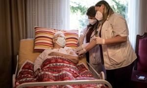 Doctors in England will be paid extra if they vaccinate elderly or vulnerable patients in their own home.