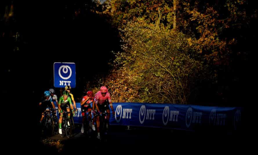 Primoz Roglic (in green) and Richard Carapaz (red) on the road to Alto de Moncalvillo.