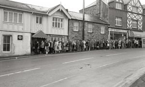 A photograph of 1,500 people queuing to apply for jobs at Woodstock Diner in Sheffield.