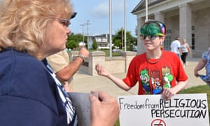 Erica Seagraves, right, talks with Malinda Andrews at the Rowan County judicial center on Tuesday in Morehead, Kentucky, where the clerk is refusing to issue licenses in a protest over same-sex marriage.