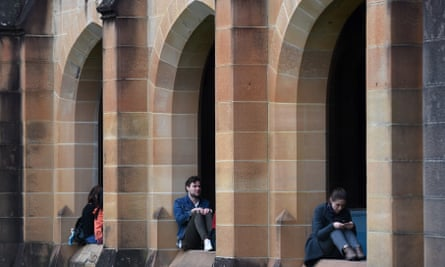 students in quadrangle at Sydney University