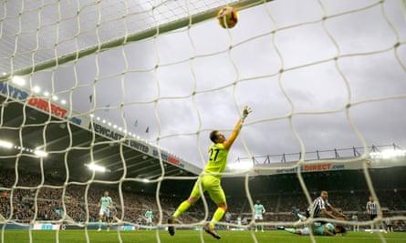 Salomón Rondón scores his and Newcastle's second goal.