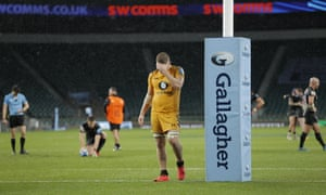 Wasps' Jack Willis looks dejected as Exeter Chiefs' Joe Simmonds lines up a penalty just before the final whistle.