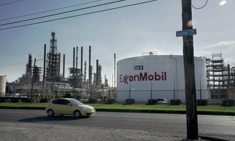 La refinería de ExxonMobil en Baton Rouge.  Greenpeace dijo que los reporteros de Unearthed se hicieron pasar por consultores de reclutamiento que buscan contratar a un cabildero de Washington para un cliente importante.