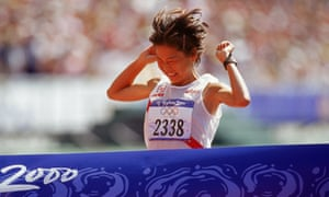 Naoko Takahashi wins the marathon at Sydney.