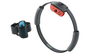 Switch Ring Fit - un pad Jogcon se place dans une bande de jambe, tandis que l'autre est inséré dans le contrôleur de sonnerie. Les deux travaillent ensemble pour surveiller vos mouvements.