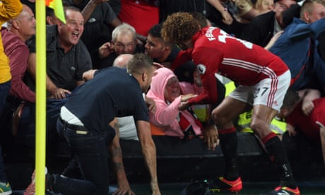 Marouane Fellaini rescues fan caught in crush during Manchester United celebrations