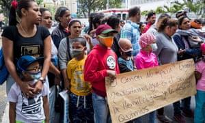 医院病人和亲属抗议加拉加斯的医疗用品稀缺。