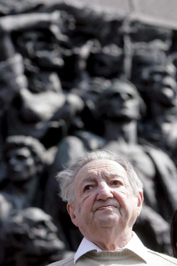 Uprising leader Marek Edelman pays tribute at the Memorial to the Warsaw Ghetto Heroes.