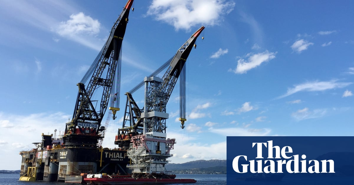 Norway's $1tn wealth fund urged to keep oil and gas investments