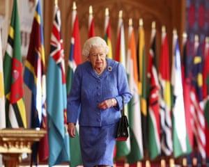 Ratu berjalan melewati bendera Persemakmuran di St George's Hall, Kastil Windsor, untuk menandai hari Persemakmuran.
