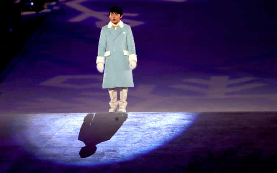 Oh Yeon-joon sings the Olympic anthem during the closing ceremony.