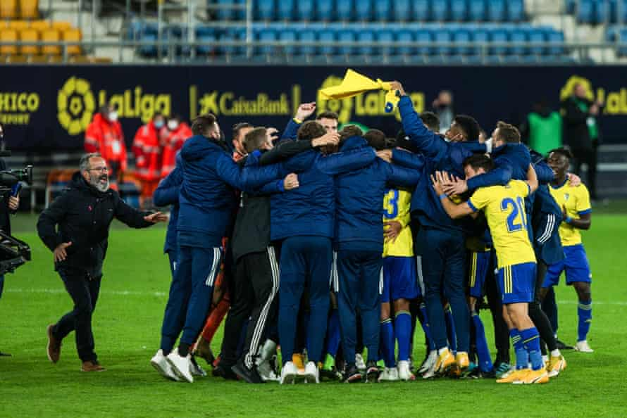 Cádiz players and management come together after the game.