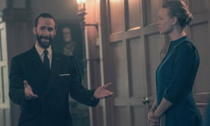 Commander Waterford (Joseph Fiennes) and Serena Joy (Yvonne Strahovski) in The Handmaid's Tale