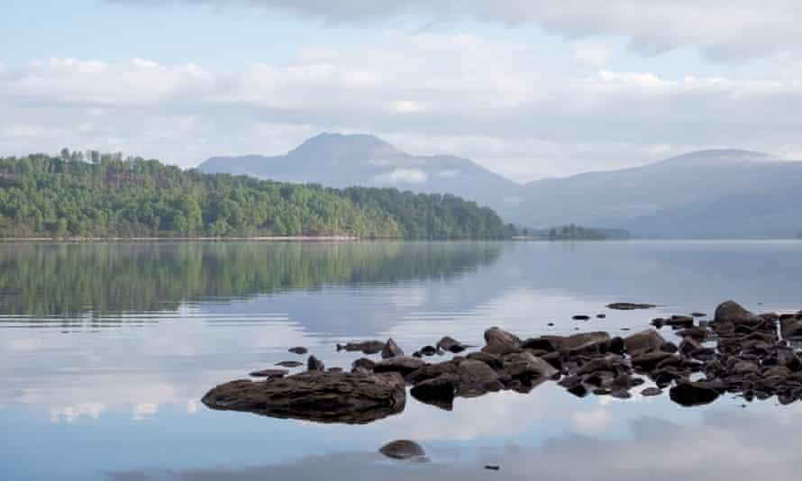 Vistas a Loch Lomond desde Inchmurrin, con Ben Lomond en la distancia.