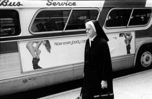 Uma freira em frente a um anúncio de nudez em um ônibus, 1979.