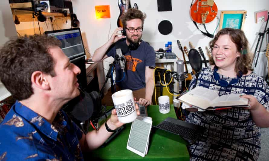 Helen Zaltzman and Olly Mann (left) recording their podcast Answer Me This! with Dr Martin Austwick in 2014.