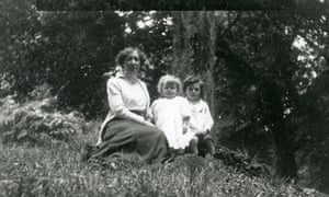 Mildred Golding with her sons William, centre, and Jose in 1914.