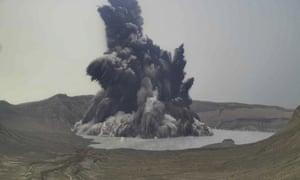 Ayer se vio una columna de vapor y ceniza desde el volcán Taal.