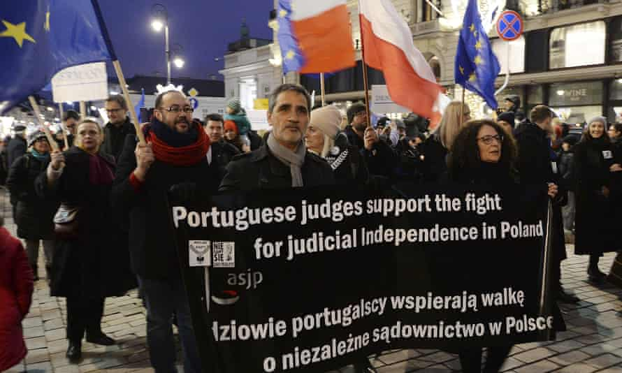 Lawyers from Portugal show solidarity with their Polish counterparts in Warsaw.