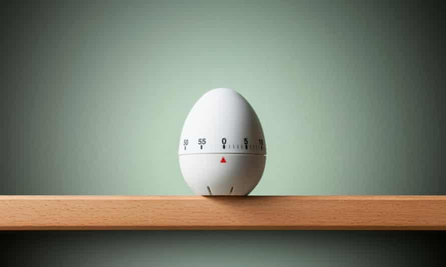 Kitchen egg timer on the shelf.