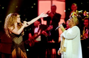 Mariah Carey and Aretha Franklin perform onstage during Divas Live at the Beacon Theater, New York, April 14 1998