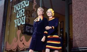 models Sara Crichton-Stuart and Twiggy in 1966.