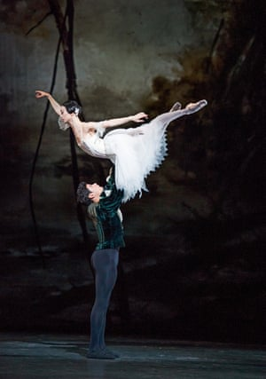 Akane Takada as Giselle with Soares as Albrecht in Giselle in 2016