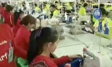 Rekaman video tak bertanggal menunjukkan peserta pelatihan Muslim Uighur bekerja di pabrik garmen di Hotan, Xinjiang.