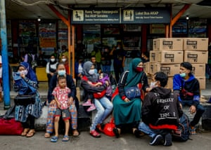 Jakarta, Indonesia. Passengers wait for a bus to return to their home towns ahead of Eid al-Fitr