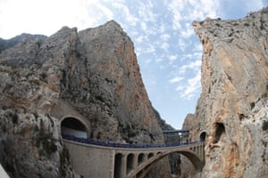 The pack traverse a bridge during the ninth stage, 174km between Orihuela and El Poble Nou de Benitatxell