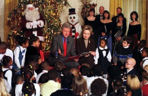 """1999 - US President Bill Clinton and First Lady Hillary Rodham Clinton """"share the gift of reading"""" with 50 children from Washington, DC elementary schools"""