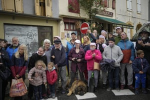 Stage 16: Spectators gather in Saint-Gaudens