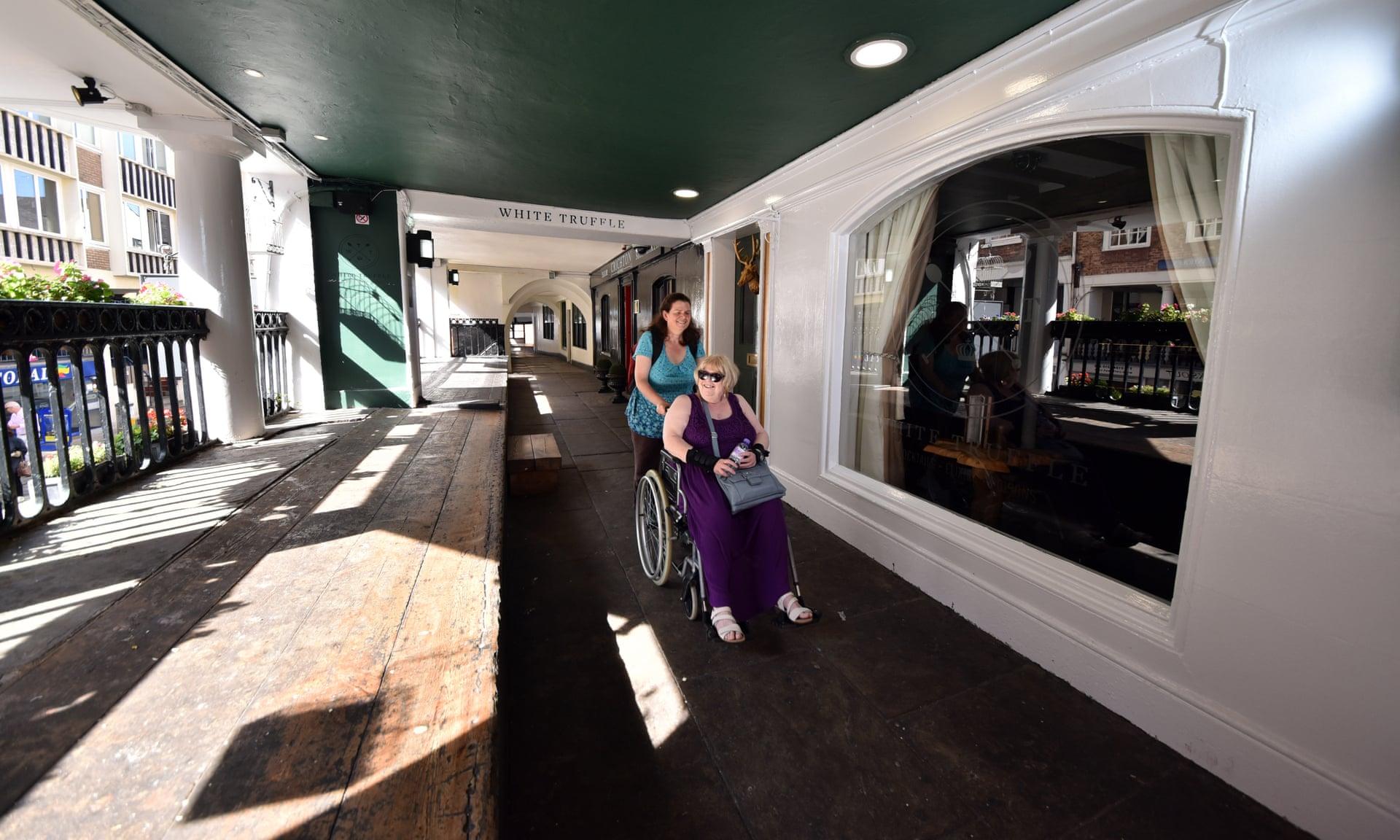Compras accesibles en los pasillos elevados de Chester Rows