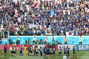 試合後にサポーターに向かって挨拶する日本代表の選手たち。