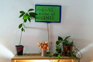 A sign saying 'love knows no gender'