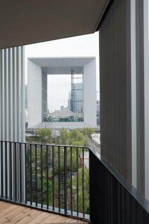 The view of the Arche de la Défense in Paris from Moussavi's îlot 19.