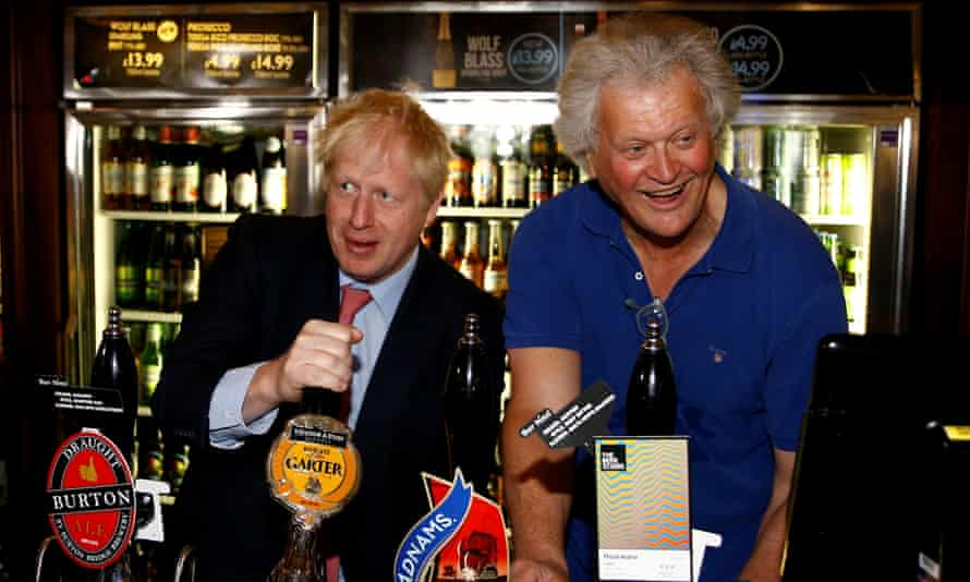 Tim Martin, right, and Boris Johnson behind a bar