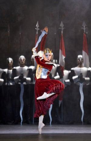 Edward II: Elisha Willis as Isabella with Artists of Birmingham Royal Ballet, 1995